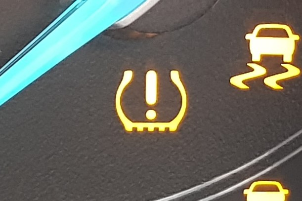 Warning light that looks like an exclamation mark inside a U-shaped cup.